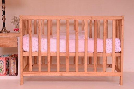 białe łóżeczka dla niemowląt